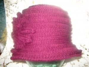 Вязаная шляпка с полями